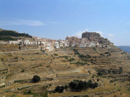 La Mola de Ares y el pueblo de Ares del Maestre