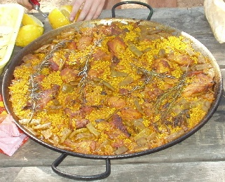 Paella de pollo, conejo y baquetes